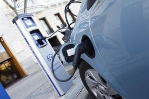 Exigen un plan de incentivos económicos para la compra de coches eléctricos y puntos de recarga de acceso público en Madrid