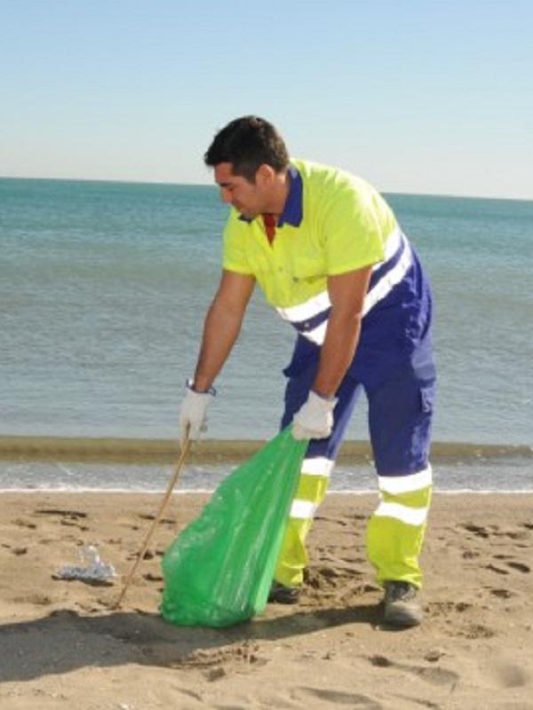 Municipios costeros asturianos exigen una solución a la limpieza de las playas