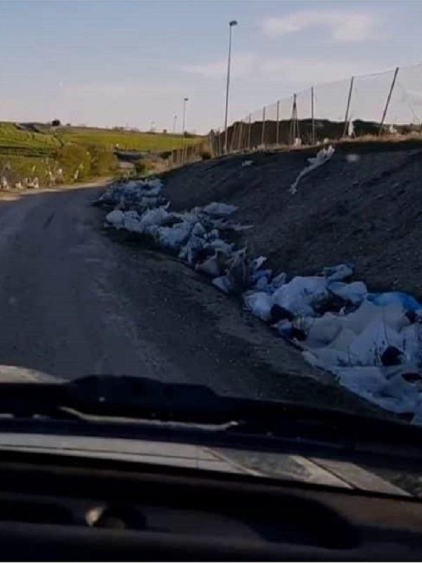 Líquidos contaminantes y plásticos junto al vertedero de la Mancomunidad en Pinto
