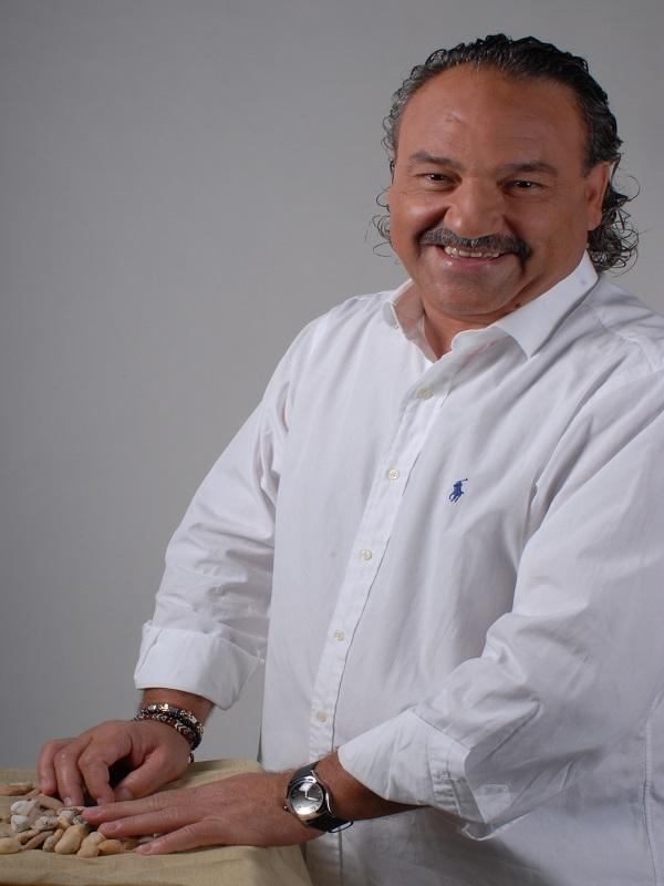 Ángel Juárez publica 'Un paseo por mi vida', un libro que recopila medio centenar de historias y anécdotas autobiográficas