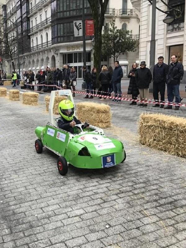 Más de 400 escolares compiten por la Gran Vía de Bilbao al volante de coches eléctricos construidos por ellos mismos