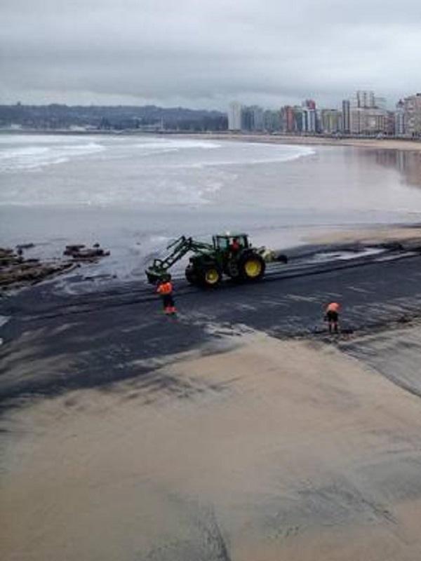 Gijón, manchas de carbón en la playa de San Lorenzo