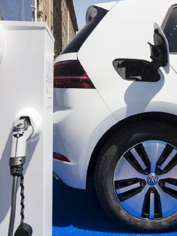 Los españoles ven una buena alternativa en el coche híbrido o eléctrico