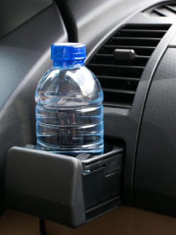Si te dejas una botella de plástico con agua dentro del coche, cuando vuelvas 'tírala'