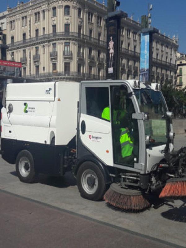 El Ayuntamiento de Zaragoza prueba una barredora eléctrica con autonomía para hacer un turno completo