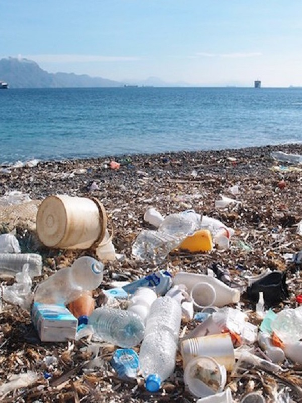 La basura acumulada en las playas de las islas del Mediterráneo  se triplica durante el verano