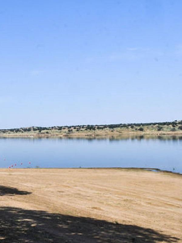 El Viso (Córdoba) inaugura este miércoles la primera playa situada en una dehesa bañada bajo un cielo 'Starlight'