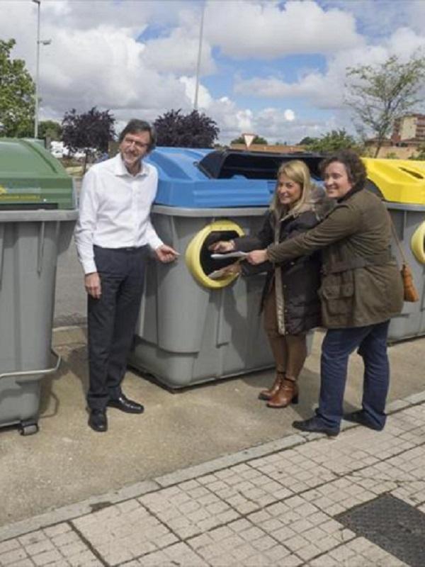 Cáceres instala en sus cinco distritos nuevos contenedores de residuos accesibles a personas como movilidad reducida