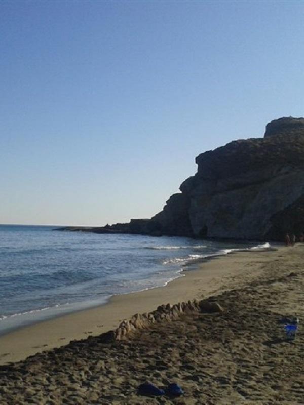 El aparcamiento de vehículos en las playas de acceso restringido de Cabo de Gata será gratuito este año