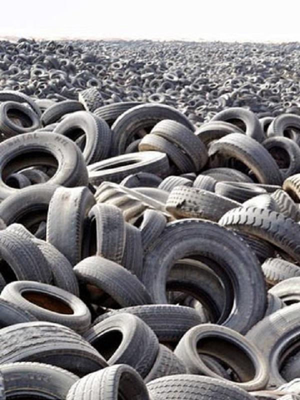 Alerta máxima en Chiva por la acumulación en una parcela de 35.000 neumáticos en riesgo de incendio