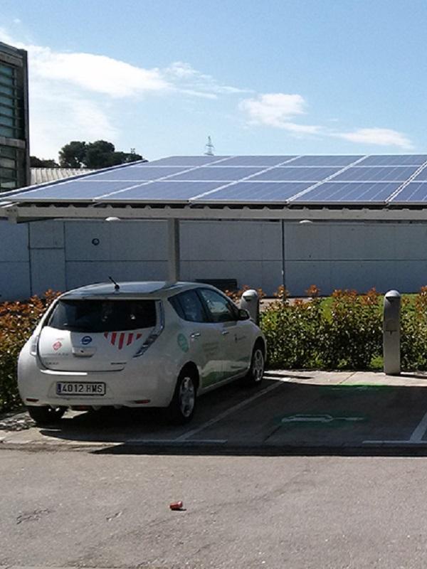Instalan puntos de recarga solar para vehículos eléctricos en el aparcamiento Comte d'Empúries de Palma