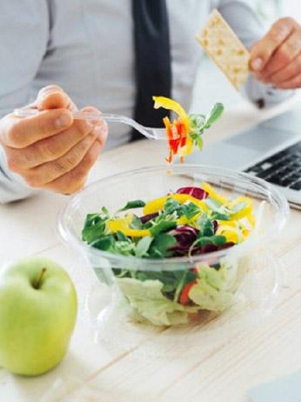 Guía práctica para comer fuera de casa y no caer en el fast food