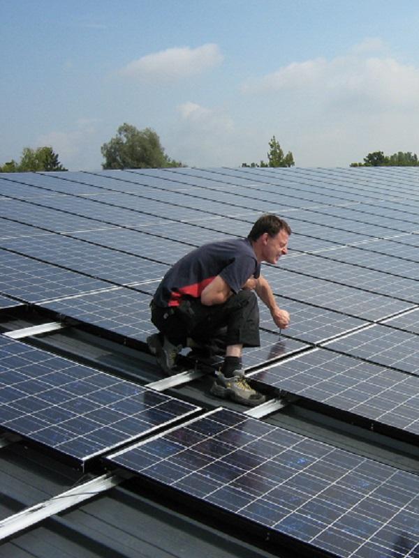 Madrid implementará paneles fotovoltaicos en un centenar de espacios municipales