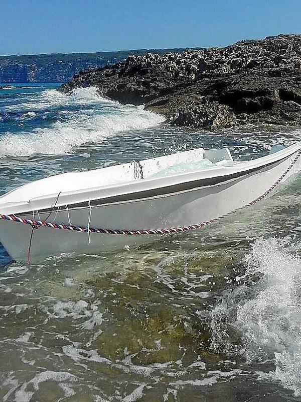 Formentera retira embarcaciones abandonadas en el litoral del Estany des Peix