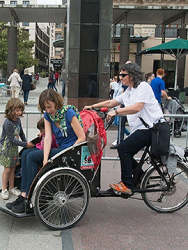 Zaragoza contará con un programa piloto para que personas mayores disfruten de paseos en triciclo