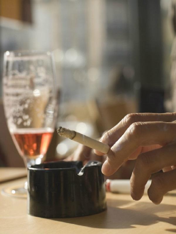La malísima idea de consumir alcohol y fumar tabaco