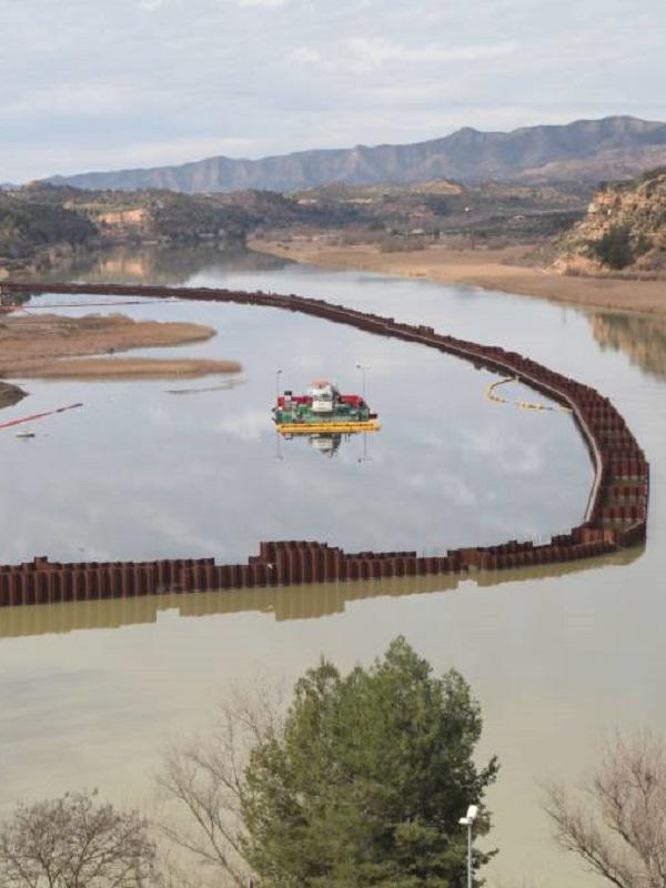 Retoman los trabajos de descontaminación del embalse de Flix (Tarragona)