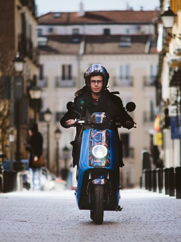 Movo desembarca en Madrid con su servicio de motos eléctricas por minutos