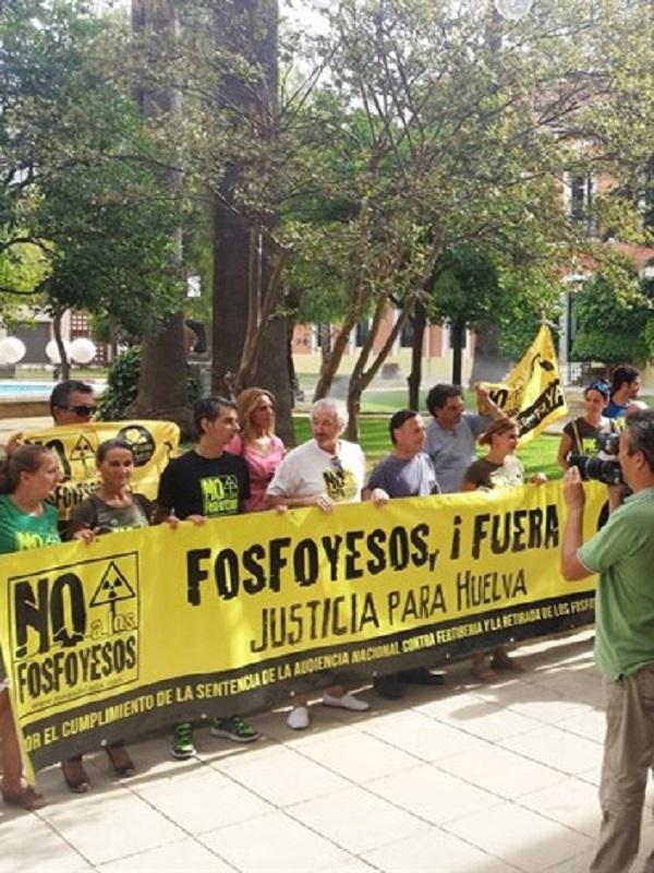 Unas 2.000 personas se concentran en Huelva para pedir