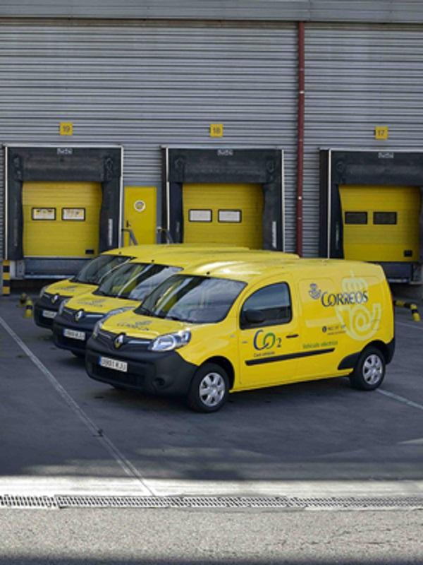 Correos identifica los más de 2.000 vehículos de su flota en Andalucía con los distintivos ambientales de la DGT