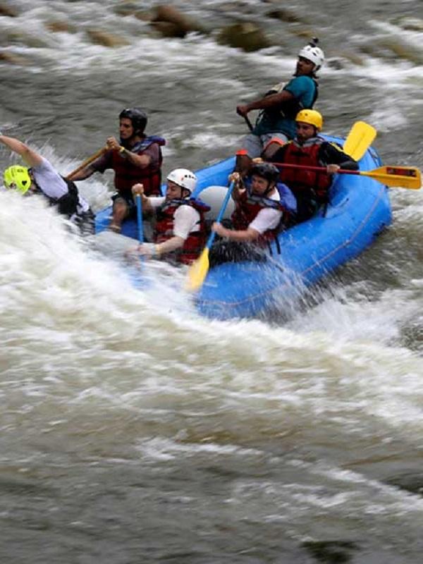 Exguerrilleros de las FARC reconvertidos en instructores de rafting en la selva colombiana