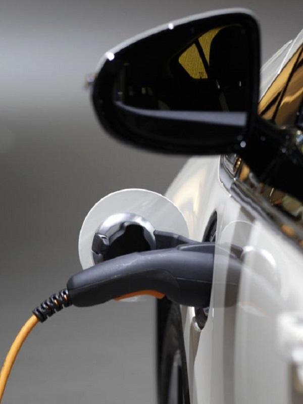 Las petroleras 'están de los nervios' con el coche eléctrico