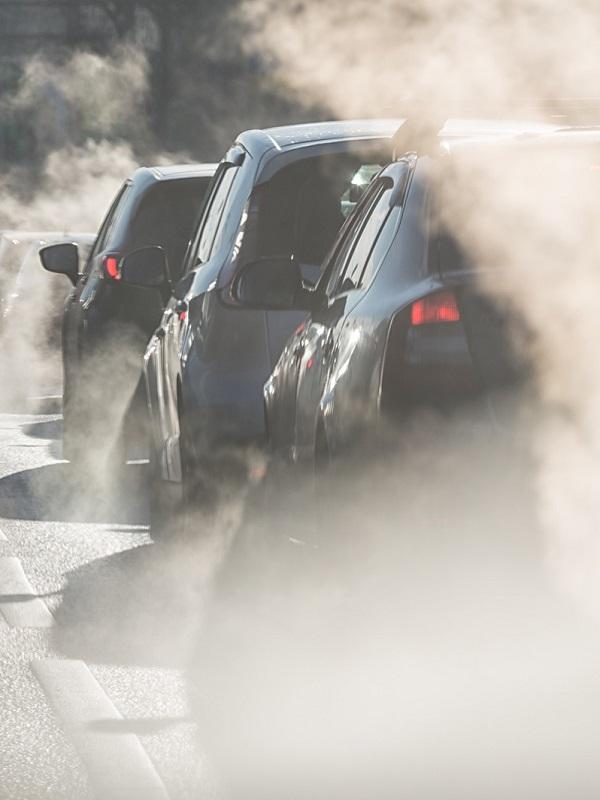 La CEOE califica de perverso el anuncio de prohibir la venta de coches contaminantes