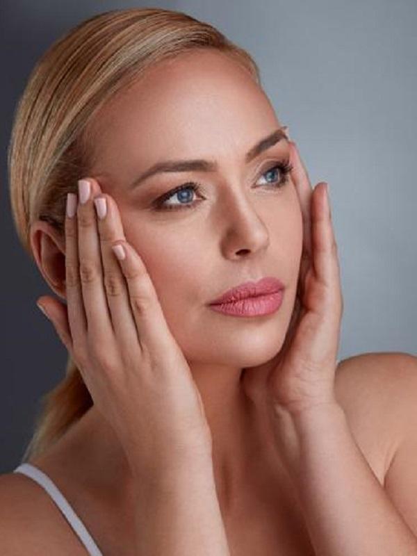 Cosmética ecológica. Mantener una rutina de belleza facial diaria es importante para luchar contra el envejecimiento