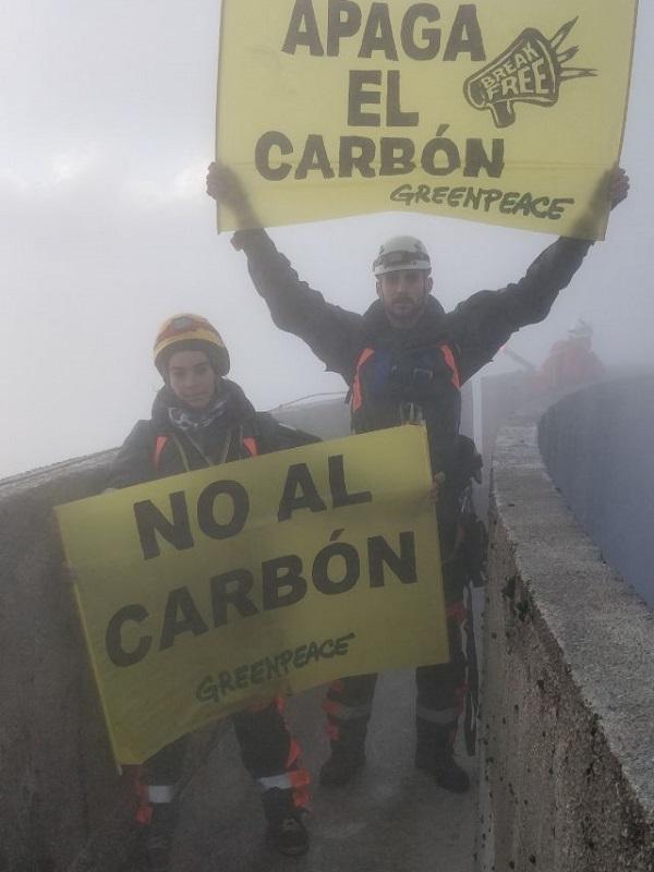 Escaladores de Greenpeace acceden a la central térmica de Meirama (A Coruña) para pedir el fin de la quema de carbón