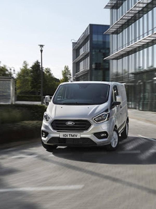 Ford inicia las pruebas de furgonetas híbridas enchufables en Colonia (Alemania)