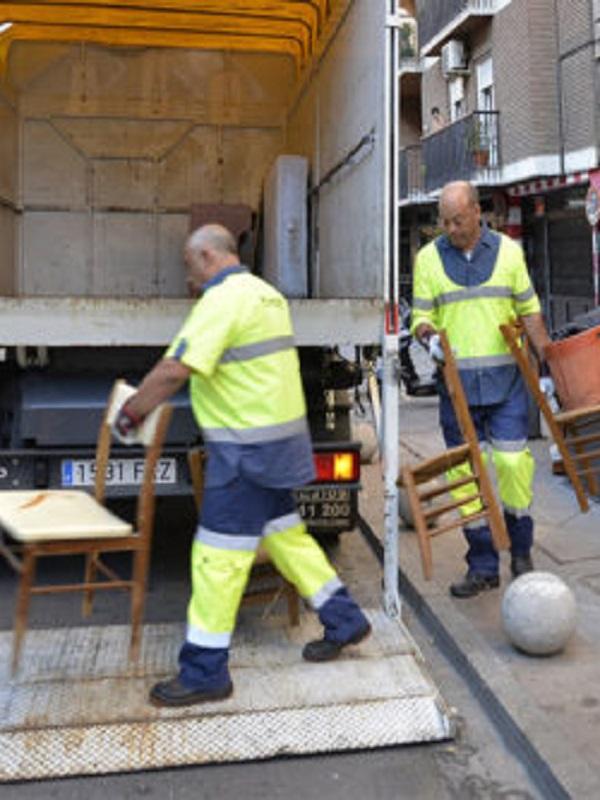 El Ayuntamiento de Granada incrementa un diez por ciento la recogida de muebles en la puerta de casa