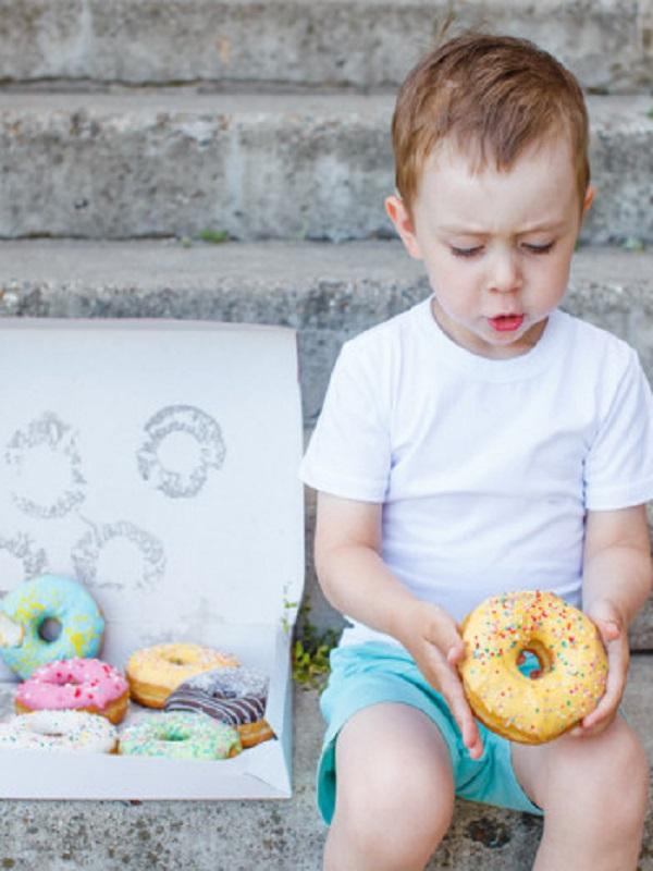 Ojo con la publicidad perniciosa de alimentos poco saludables con las que bombardean a tus hijos
