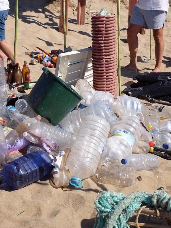 Recogen 153 kilos de residuos en la jornada de concienciación y limpieza de la playa de El Toro
