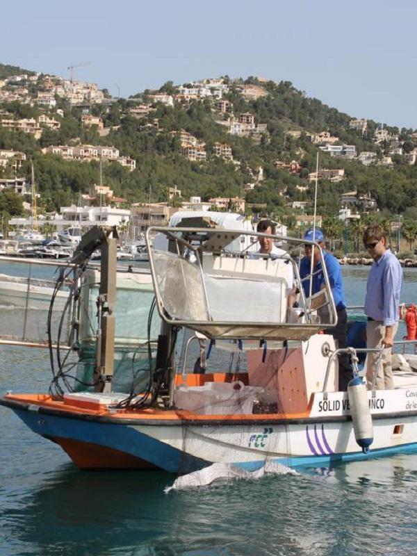 Las barcas de limpieza del litoral recogen 13,3 toneladas de residuos en agosto en Baleares