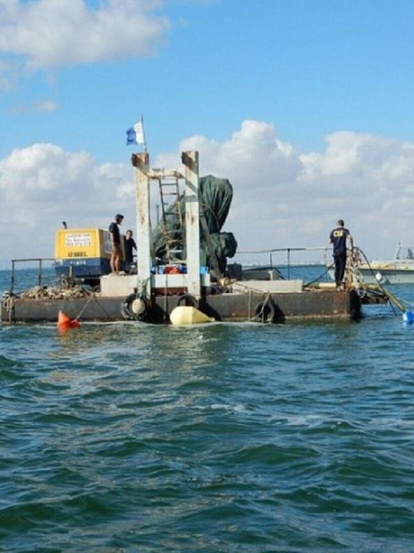 La retirada de medio centenar de embarcaciones hundidas o varadas ayudará a la recuperación ambiental del Mar Menor