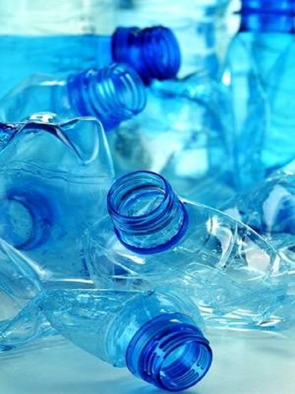 Como las botellas de plástico dañan nuestro medio ambiente