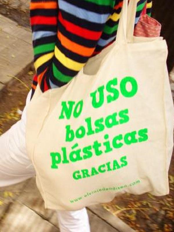 Los comercios de Tres Cantos distribuyen bolsas de tela para reducir el consumo de las de plástico