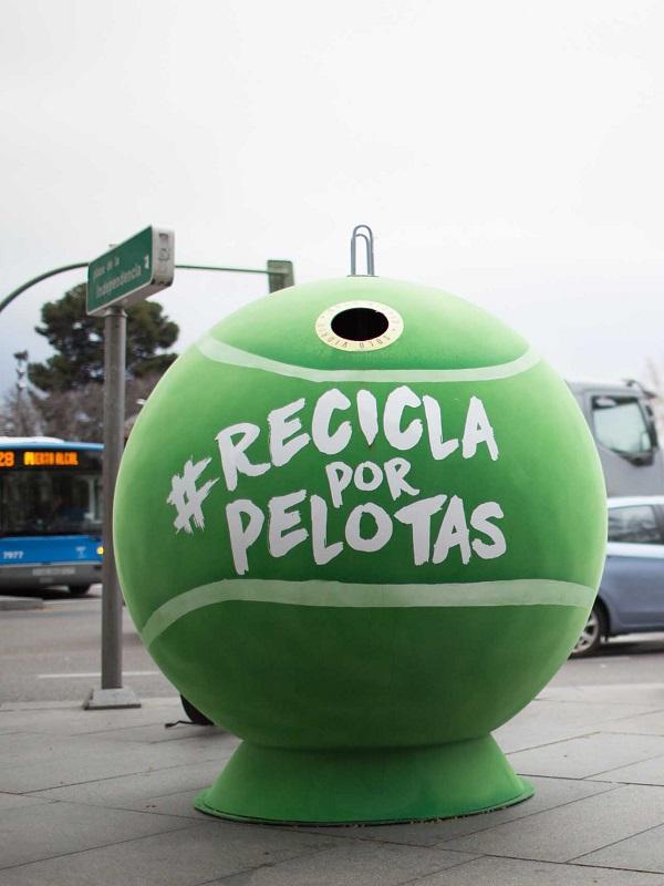 Marbella dispone 17 contenedores de vidrio con forma de pelota de tenis gigante para concienciar sobre reciclaje