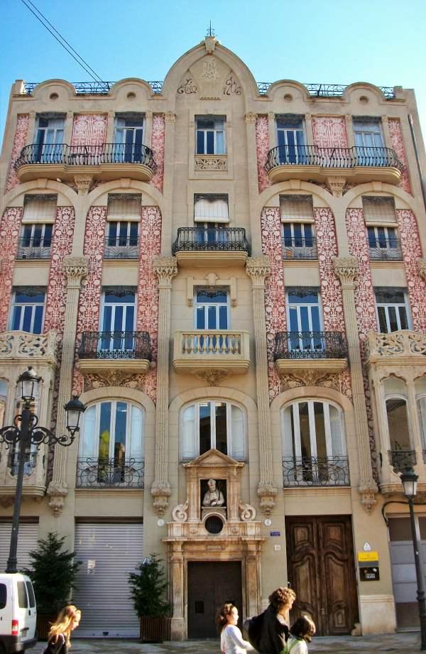 Valencia abastece con 25 placas solares el edificio modernista 'Punt de Ganxo'