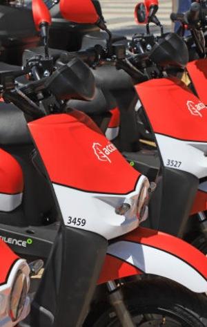Gandia se suma al turismo sostenible con un servicio de motos eléctricas