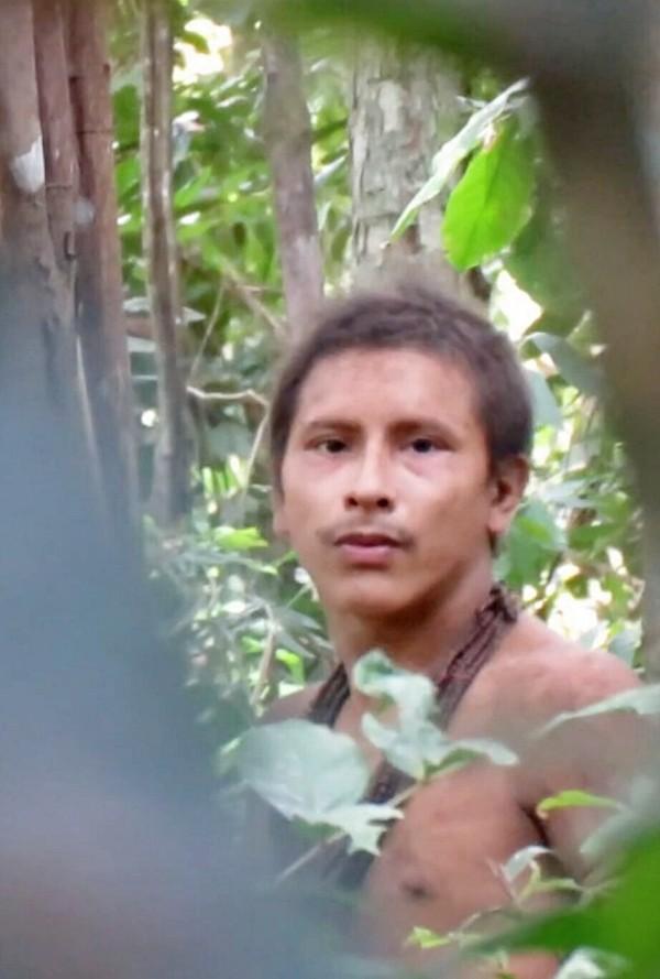 Extraordinario vídeo de indígenas no contactados de Brasil en tierra cercada