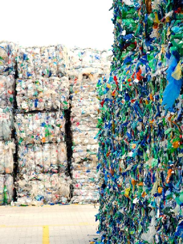 Científicos de Granada analizan la viabilidad de reciclaje industrial de plásticos presentes en residuos sólidos urbanos