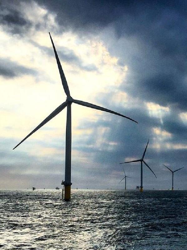 Un investigador de la UPNA logra sistemas más eficientes de energía eólica con aerogeneradores instalados en el mar