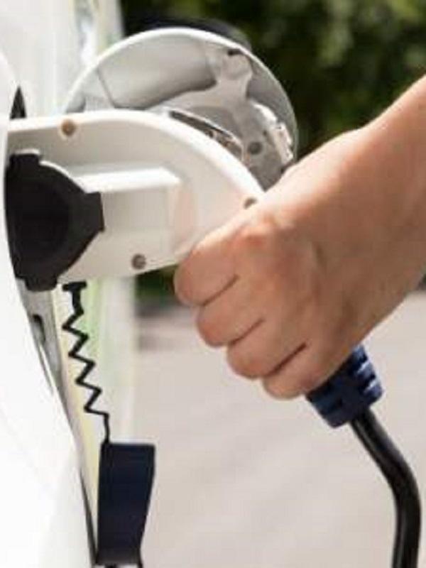 Los partidos políticos se centran en su programas en el coche eléctrico y los planes Renove