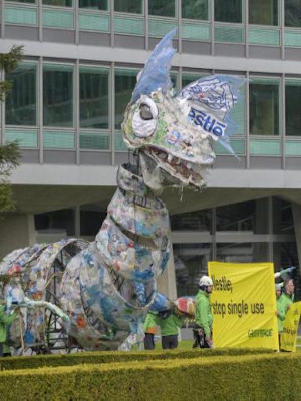 Nestlé recibe la visita de un monstruo de plástico