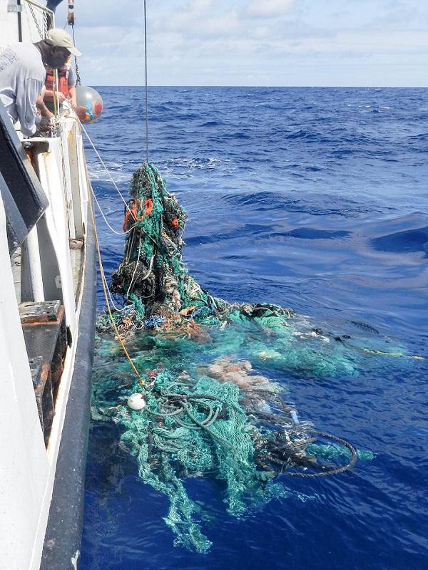 La cooperativa de armadores de pesca de Vigo se suma a la lucha contra la basura marina