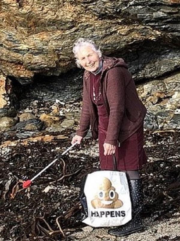 Encomiable, una mujer de 70 años limpió 52 playas británicas