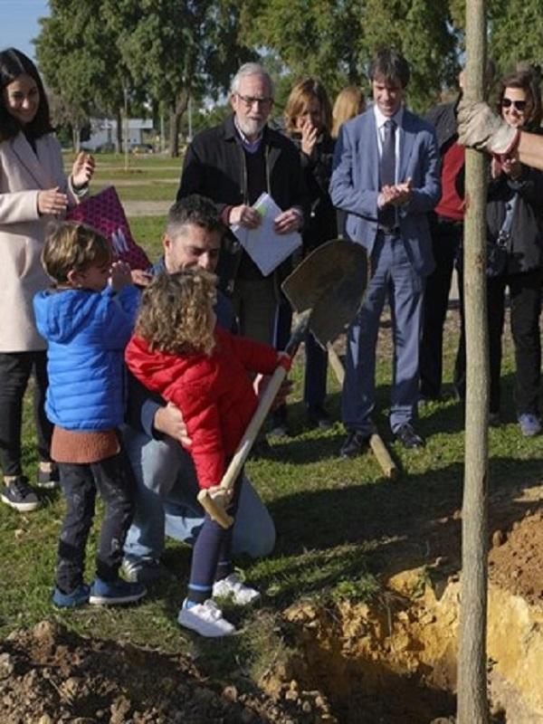 Ayuntamiento de Sevilla realiza una plantación participativa de 200 arbustos en el Parque Guadaíra