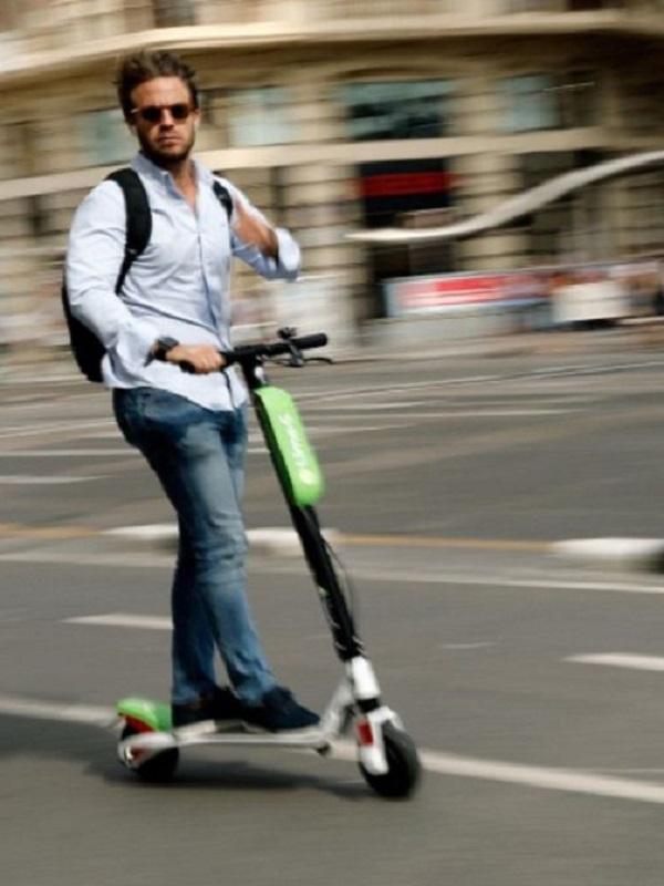 El PSPV propone bajar los patinetes de las aceras en sus alegaciones a la Ordenanza de movilidad