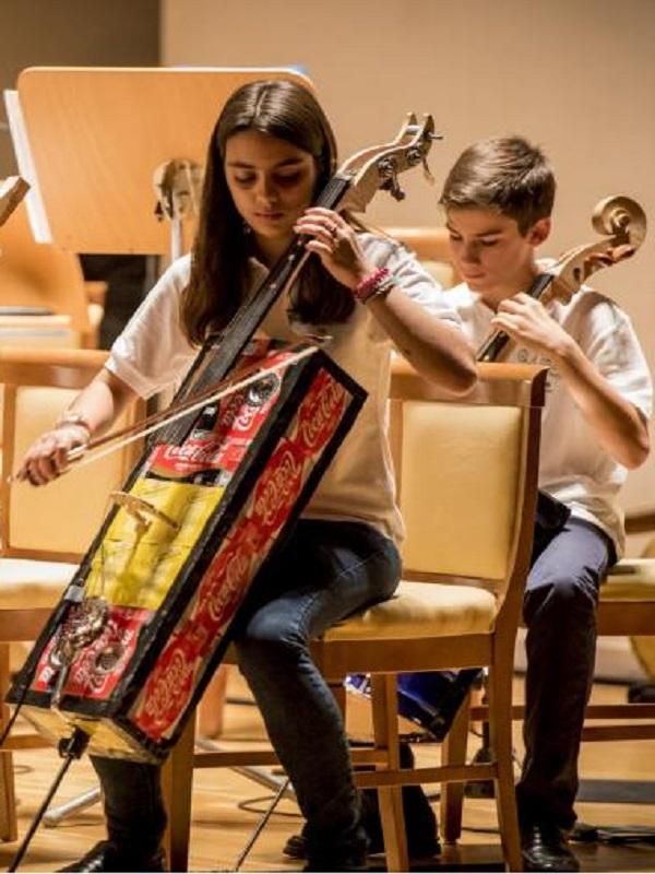 La Orquesta de Instrumentos Reciclados de Cateura, ovacionada de nuevo por el público